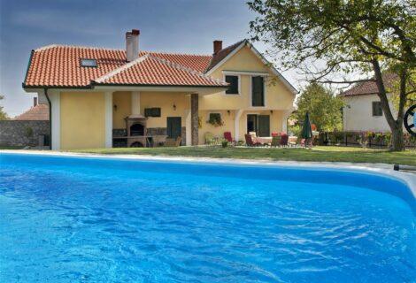 Kuća Čolovića Lux turistički kompleks sa bazenom Mala Vrbica